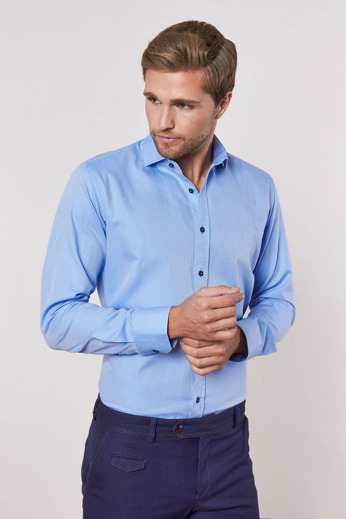 Рубашка голубого цвета в узор 18229